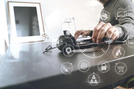 Homem, usando, headset voip, com, computador latop, escrivaninha, em, modernos, escritório, como, chame centro, e, serviço ao cliente, ajuda, escrivaninha, conceito, com, virtual, interface, gráfico, ícones, rede, diagrama