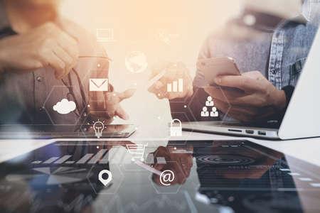 Coworking Team-Meeting-Konzept, Geschäftsmann mit Smartphone und Laptop und digitale Tablet-Computern im modernen Büro mit virtuellen Icons Schnittstelle Netzwerkdiagramm