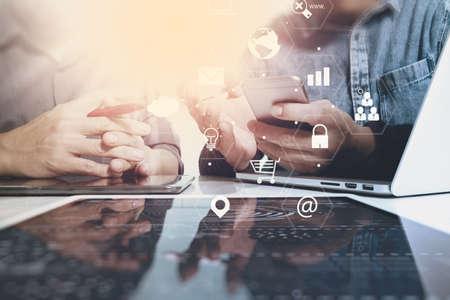 Co-Arbeitsteam-Sitzungskonzept, Geschäftsmann, der intelligentes Telefon und Laptop und digitalen Tablet-Computer im modernen Büro mit virtuellem Schnittstellenikonen-Netzdiagramm verwendet Standard-Bild - 74735071