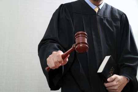 rechts- en rechtconcept.Male beoordelen in een rechtszaal met de hamer en het heilige boek