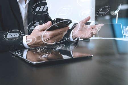 현대적인 사무실에서 스마트 전화 및 디지털 태블릿 및 노트북 컴퓨터 가상 아이콘 다이어그램 작업 사업가 스톡 콘텐츠 - 74734629