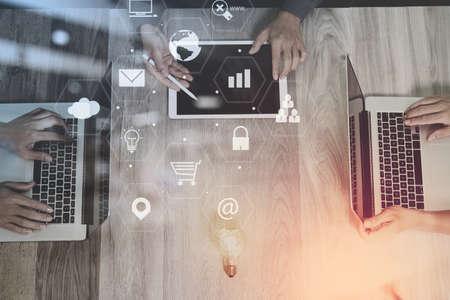 가상 인터페이스 아이콘 네트워크 다이어그램과 함께 현대 사무실에서 스마트 폰 및 노트북과 디지털 태블릿 컴퓨터를 사용하여 공동 작업 팀 회의 개