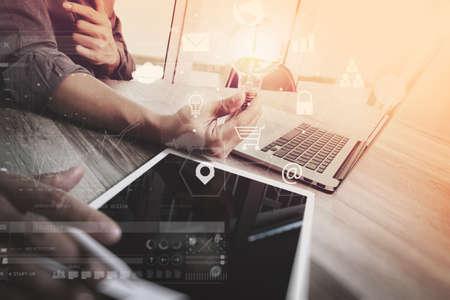 Coworking Team-Meeting-Konzept, Geschäftsmann mit Smartphone und Laptop und digitale Tablet-Computern im modernen Büro mit virtuellen Icons Schnittstelle Netzwerkdiagramm Standard-Bild - 74833429