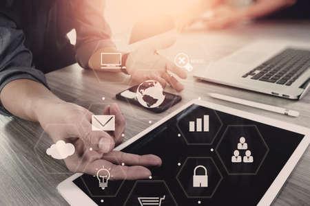 red informatica: co equipo de trabajo concepto de la reunión, hombre de negocios utilizando teléfono inteligente y el ordenador portátil y el ordenador tableta digital en la oficina moderna con iconos de la interfaz de red virtuales diagrama