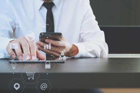icono ordenador: lawer trabaja con el teléfono inteligente y el ordenador tableta digital en la oficina moderna con la carta icono virtual y la interfaz gráfica