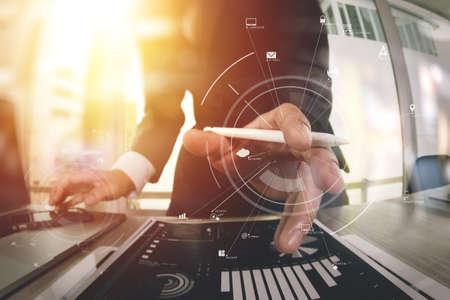 창의적으로 작업하는 휴대 전화 및 디지털 태블릿 및 노트북 컴퓨터에서 나무 책상 현대적인 사무실에서 가상 아이콘 다이어그램 스톡 콘텐츠 - 76802987