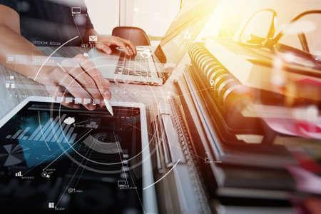 창조적 인 작업 휴대 전화 및 디지털 태블릿 및 스타일러스 펜 나무 책상 현대적인 사무실에서 가상 아이콘 다이어그램 스톡 콘텐츠 - 76802892
