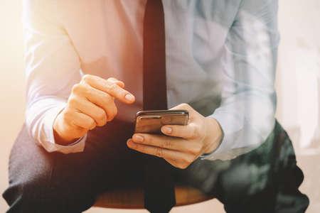 휴대 전화를 사용 하여 현대 사무실에서의 자에 앉아 사업가의 폐쇄 스톡 콘텐츠 - 76802834