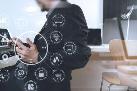 현대적인 사무실에서 스마트 전화 및 디지털 태블릿 및 노트북 컴퓨터 가상 아이콘 다이어그램 작업 사업가 스톡 콘텐츠 - 76802782