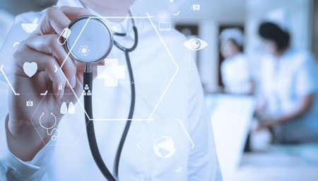 Gezondheidszorg en Geneeskundeconcept slimme arts die met stethoscoop bij het moderne ziekenhuis met VR-pictogramdiagram werken