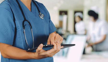 의료 기술 개념입니다. 디지털 태블릿 컴퓨터를 사용 하여 닥터는 병원에서 환자 정보 의료 정보를 찾습니다.