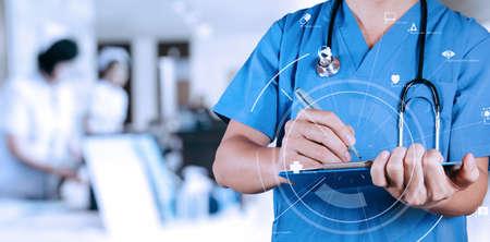 VR アイコン ダイアグラムと病院でクリップボードに情報の患者の医療を書くスマート医師 写真素材