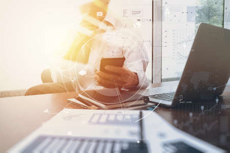현대적인 사무실에서 나무 책상에 휴대 전화 및 디지털 태블릿 및 노트북 컴퓨터 가상 아이콘 다이어그램 작업 사업가 스톡 콘텐츠 - 76802299