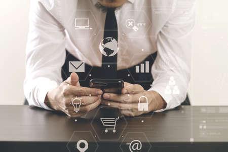 현대적인 사무실에서 나무 책상에 스마트 전화와 함께 가상 아이콘 다이어그램 작업 사업가의 닫습니다 스톡 콘텐츠 - 76802455