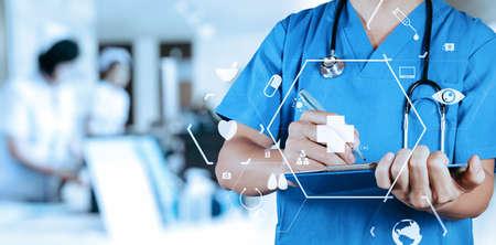 Slimme medische arts die nformation geduldige medisch op een klembord bij het ziekenhuis met VR-pictogramdiagram schrijven Stockfoto