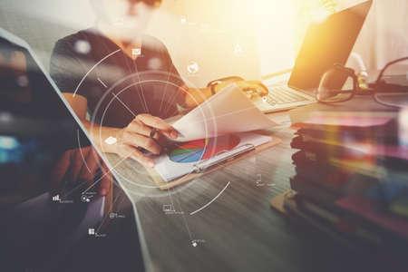 Homme d'affaires travaillant avec téléphone portable et tablette numérique et ordinateur portable sur un bureau en bois dans un bureau moderne avec diagramme d'icône virtuelle Banque d'images - 76607392