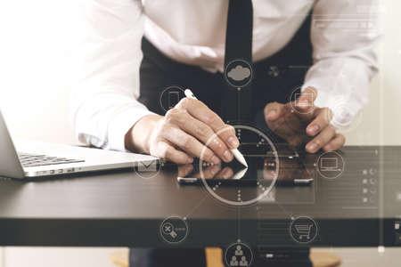 스마트 전화 및 디지털 태블릿 및 랩톱 컴퓨터 현대적인 사무실에서 나무 책상에 가상 아이콘 다이어그램 작업 사업가의 닫습니다 스톡 콘텐츠 - 76607425