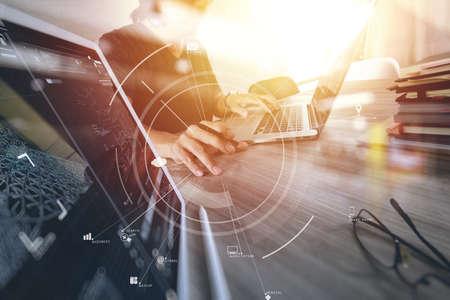 현대적인 사무실에서 나무 책상에 휴대 전화 및 디지털 태블릿 및 노트북 컴퓨터 가상 아이콘 다이어그램 작업 사업가 스톡 콘텐츠