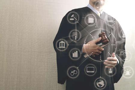 justitie en recht concept. Mannelijke rechter in een rechtszaal met het heilige boek van Gaveland en digitale tabletcomputer met virtuele computer interface grafische en pictogrammen diagram