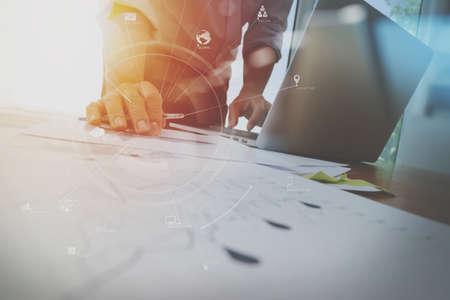 homme d & # 39 ; affaires travaillant avec téléphone mobile et tablette numérique et ordinateur numérique sur le bureau en bois dans le bureau moderne avec diagramme d & # 39 ; icône virtuelle