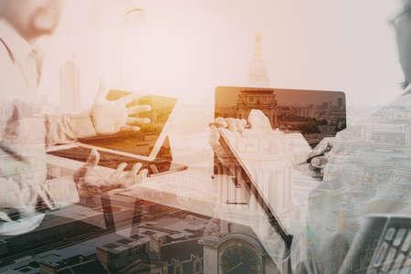 Medico in abito bianco uniforme di avvio regola paziente uomo d & # 39 ; affari che sta come simbolo di conformità ospedaliero con la visualizzazione della città