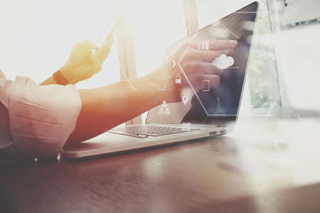 VR 아이콘 다이어그램과 함께 현대 사무실에서 나무 책상에 휴대 전화 및 디지털 태블릿 및 랩톱 컴퓨터를 사용하는 사업가 스톡 콘텐츠 - 78272159