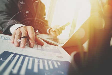 현대적인 사무실에서 나무 책상에 휴대 전화 및 디지털 태블릿 및 노트북 컴퓨터 가상 아이콘 다이어그램 작업 사업가 스톡 콘텐츠 - 78270905