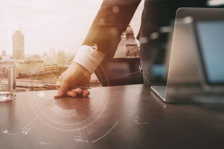 VR 아이콘 및 차트 다이어그램 현대 사무실에서 나무 책상에 휴대 전화 및 디지털 태블릿 및 랩톱 컴퓨터를 사용하는 사업가 스톡 콘텐츠 - 78272368