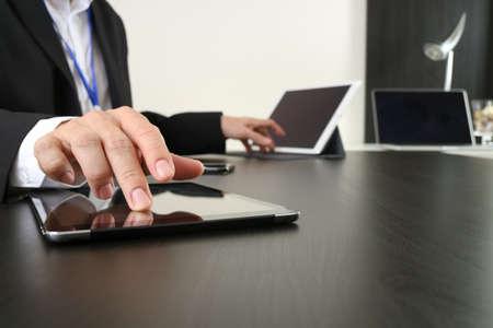 현대 사무실에서 스마트 전화 및 디지털 태블릿 및 랩톱 컴퓨터를 사용하는 사업가 스톡 콘텐츠