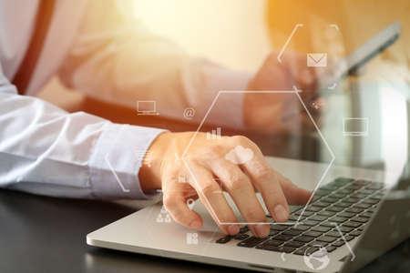 가상 현실 아이콘 다이어그램과 함께 현대 사무실에서 나무 책상에 휴대 전화 및 노트북 컴퓨터와 함께하는 사업가의 닫습니다 스톡 콘텐츠 - 78272443