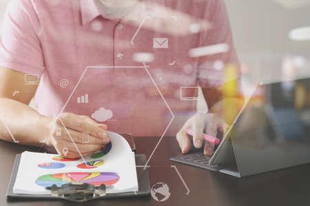 디지털 태블릿 컴퓨터와 현대 사무실에서 나무 책상에 문서를 열고 분홍색 티셔츠에서 사업가 스톡 콘텐츠 - 78278260