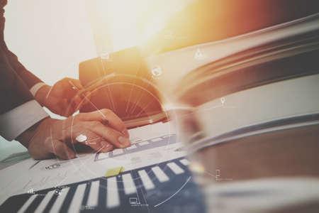 현대적인 사무실에서 나무 책상에 휴대 전화 및 디지털 태블릿 및 노트북 컴퓨터 가상 아이콘 다이어그램 작업 사업가 스톡 콘텐츠 - 78278243