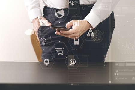 현대적인 사무실에서 나무 책상에 스마트 전화와 함께 가상 아이콘 다이어그램 작업 사업가의 닫습니다 스톡 콘텐츠 - 78325790