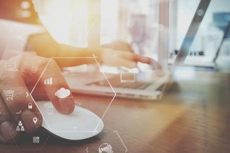 나무 책상에 노트북 컴퓨터에 작업 비즈니스 사람 손의 닫습니다