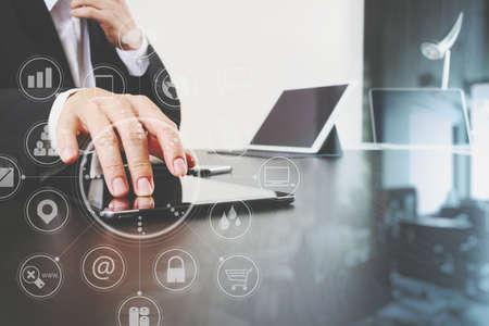 현대적인 사무실에서 스마트 전화 및 디지털 태블릿 및 노트북 컴퓨터 가상 아이콘 다이어그램 작업 사업가 스톡 콘텐츠 - 78314869