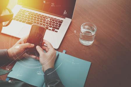 노트북 컴퓨터와 휴대 전화 VR 비즈니스 전략 개념 나무 책상에 작업 사업가 손의 상위 뷰 스톡 콘텐츠 - 78325862