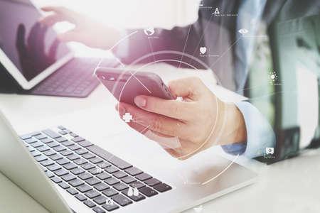 VR 아이콘 다이어그램 노트북 및 디지털 태블릿 컴퓨터와 현대 사무실에서 휴대 전화를 사용하는 사업가의 손에 스톡 콘텐츠 - 78325690