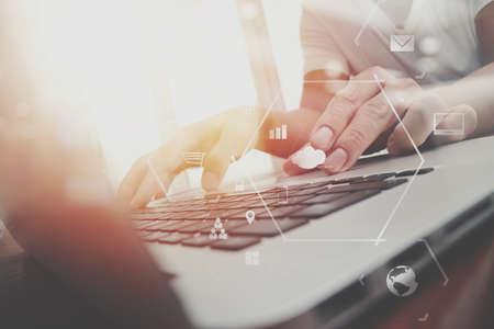 현대적인 사무실에서 나무 책상에 휴대 전화 및 디지털 태블릿 및 노트북 컴퓨터 가상 아이콘 다이어그램 작업 사업가 스톡 콘텐츠 - 80115872