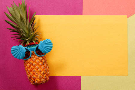 Koncepcja lato i wakacje. Hipster moda akcesoria ananas i owoce na kolorowe tło