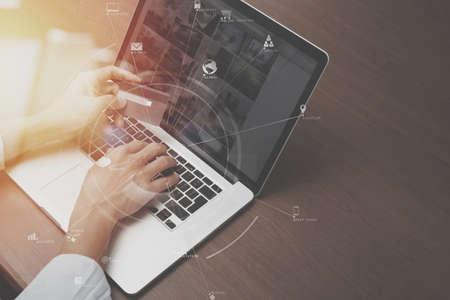 VR 아이콘으로 나무 책상에 신용 카드와 노트북 컴퓨터를 사용 하여 손의 상위 뷰 차트 그래프 다이어그램