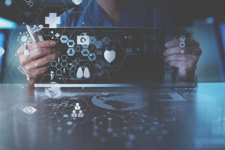 Concept de techonlogie médicale, docteur intelligent travaillant à la main avec un ordinateur portable moderne dans un bureau moderne avec un diagramme d'icônes virtuel Banque d'images - 80250701