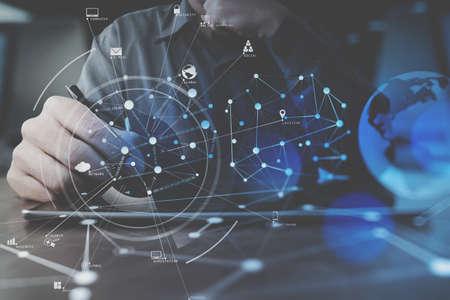 Geschäftsmannhand , die mit modernem digitalem Tablet-Computer im modernen Büro mit virtuellem Schirm arbeitet Standard-Bild