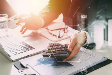 zakenman hand werken met de financiën over kosten en rekenmachine en latop met mobiele telefoon op met bureau in moderne kantoor met VR-pictogram diagram
