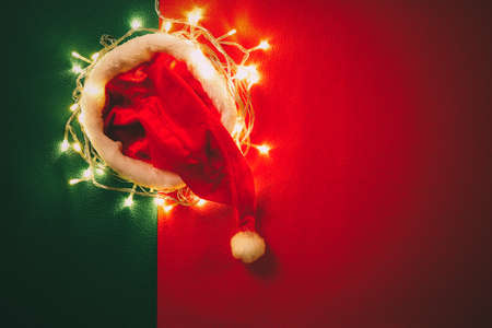 Gruß Saison Konzept.Santa Claus Hut mit Weihnachtslicht auf rotem und grünem Hintergrund Standard-Bild - 80125754