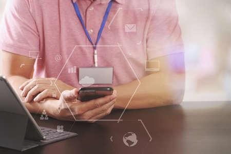 똑똑한 전화와 digitl 태블릿 컴퓨터 가상 책상 다이어그램과 함께 현대적인 사무실에서 나무 책상에서 작동하는 분홍색 t- 셔츠에서 사업가 스톡 콘텐츠 - 80125648