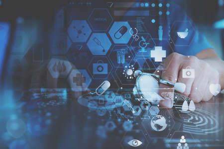 Medisch techonlogy concept, slimme arts hand werken met moderne laptop computer in moderne kantoor met virtuele pictogram diagram Stockfoto