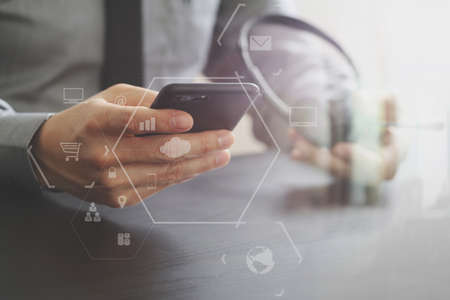 가상 현실 아이콘 다이어그램 나무 책상에 휴대 전화 및 개념 통신 콜 센터와 VoIP 헤드셋을 사용하는 사업가