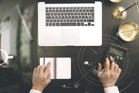正義と法の concept.businessman や弁護士や会計士 Vr 図電卓およびラップトップ コンピューターとドキュメントを使用して、アカウントに取り組んで