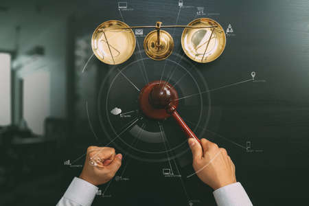 Le concept de la justice et de la loi.La vue du juge masculin maintient une salle d'audience avec l'échelle du marteau et du laiton sur la table en bois sombre avec diagramme Vr Banque d'images - 81630771