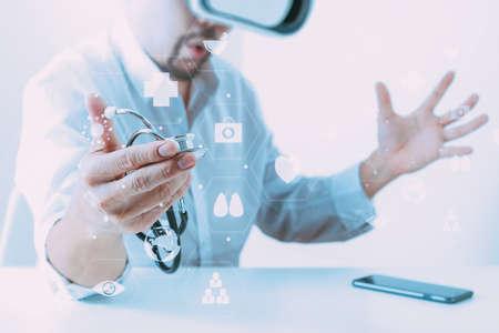 slimme dokter die virtuele realiteitbril draagt ??in een modern kantoor met mobiele telefoon met behulp van VR-headset met schermpictogram